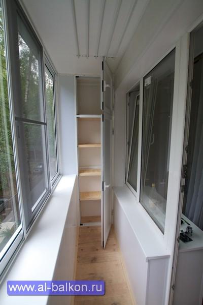 Отделка балкона внутри с полкой над окном